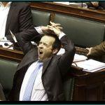 un député qui dort à l'assemblée nationale