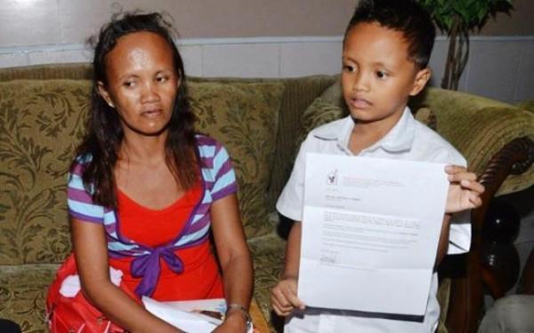 طفل فلبيني يحصل على منحة جامعية بعد الدراسة في الشارع