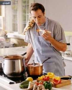 رجل يطبخ
