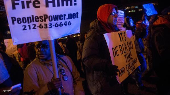 بالصورة : احتجاج طلبة الطب المغاربة ببيع المناديل وغسل السيارات يثيرُ جدلًا واسعًا