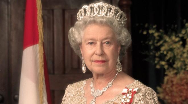 صورة نادرة للملكة إليزابيث وهي تؤدي التحية النازية