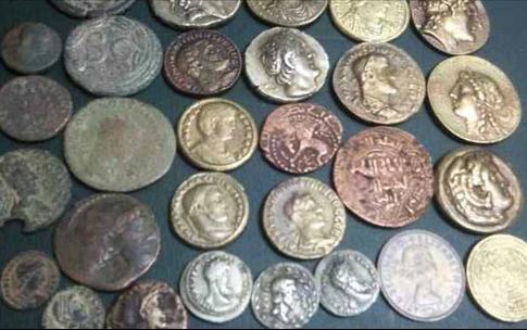 محاكمة أجنبيين بتهمة تنزيل العملات