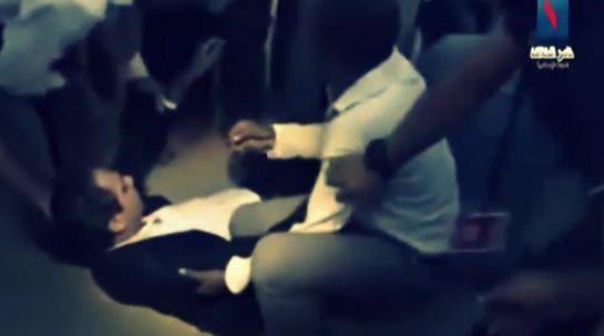 بالفيديو.. موقف محرج لمذيع يُجبره على قطع النشرة قبل نهايتها