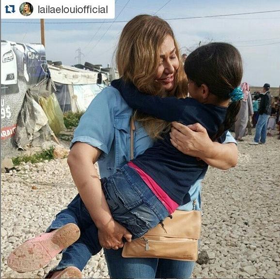 بالصور: ليلى علوي تزور مخيمات اللاجئين السوريين في لبنان وتلعب مع الأطفال