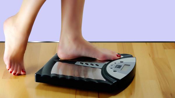 قف على الميزان يومياً لتخسر وزنك