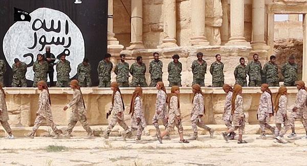 """""""داعش"""" يرضع أشباله الدماء"""