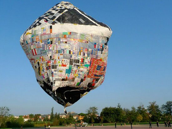 مغامر يسافر فى منطاد صنعه من الأكياس البلاستيكية المعاد تدويرها