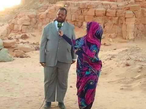 صورة لوزير السياحة السوداني لايحسن إرتداء هندامه تثير سخرية مواقع التواصل !!