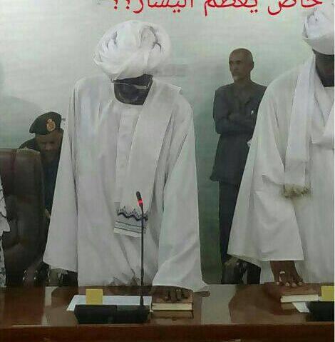 بالصورة : وزير سوداني يؤدي اليمين على المصحف ( بيده اليسرى ) يثير إنتقاداً بمواقع التواصل !!