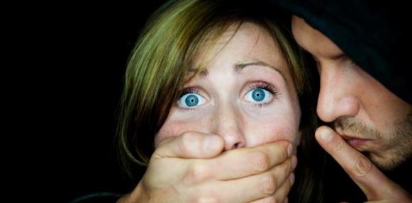 """امرأة تقطع قضيب شقيق زوجها وتسلمه كـ""""دليل"""" للشرطة"""