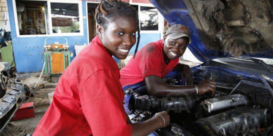 """في السنغال.. """"الأنامل الناعمة"""" تغزو عالم إصلاح السيارات"""