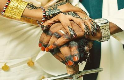 بالفيديو.. عريس سوداني يبالغ في إظهار مشاعره تجاه عروسه