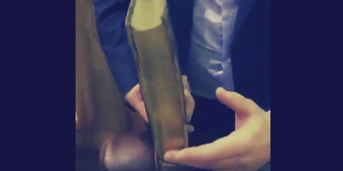  شاهد  نسخة قرآن من القرن الـ١٨: تظهر صورة مكة والكعبة عند طي صفحاته