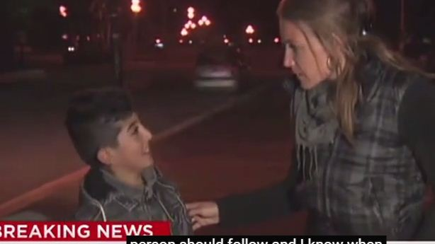 مراسلة قناة CNN الأمريكية تقطع تقريرها على الهواء للتحدث مع طفل لاجئ بالعربية