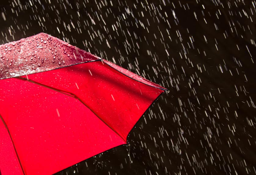 صور: امرأة تحمل مظلة 30 دقيقة لتحمي شرطي مرور من الأمطار
