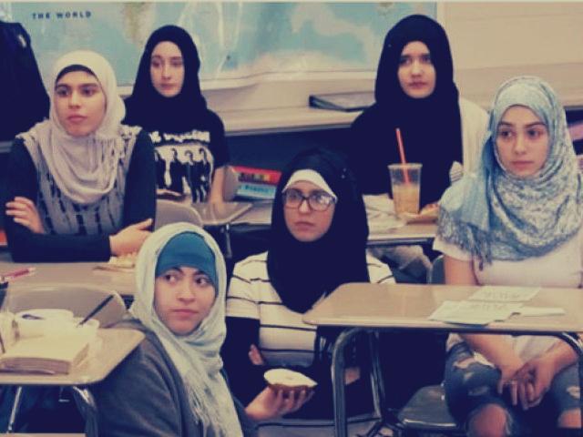 بالفيديو: طالبات مدرسة أمريكية يرتدين الحجاب.. أعلن تضامنهن مع زميلاتهن المسلمات
