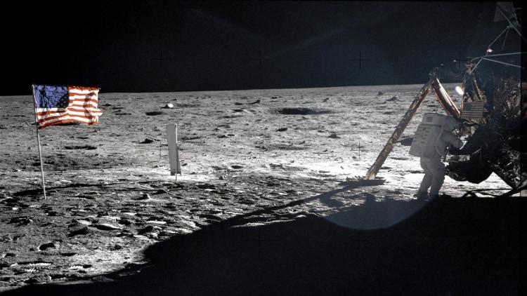 """فضيحة مدوية.. مخرج أمريكي يكشف حقيقة الرحلة الأمريكية إلى القمر """"لا يوجد قمر.. أنا من صور ذلك"""""""