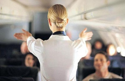 بالفيديو..مضيفة أمريكية تطرد مسلمتين من الطائرة