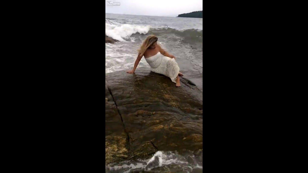 بالفيديو ..موجة تبتلع حسناء تستعرض على الشاطىء