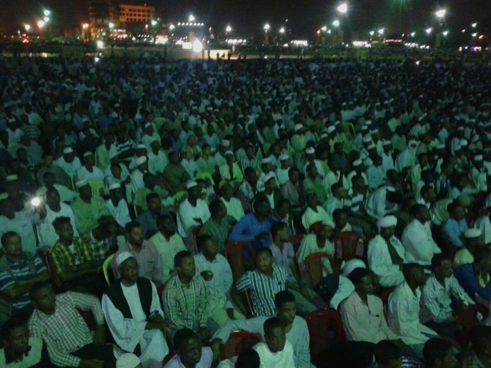 بالصورة : حشود جماهيرية ضخمة تشهد محاضرات الجفري بالسودان