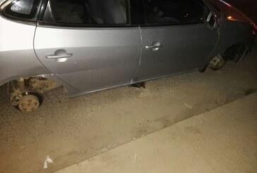 بالصورة : مواطن سوداني يشارك في مناسبة ويخرج ليجد سيارته جاثمة بلا إطارات !!