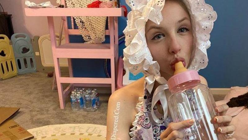 À 25 ans, elle vit comme un bébé et dépense 300 euros par mois pour des couches: «Il s'agit surtout de profiter des petites choses de la vie» (photos)