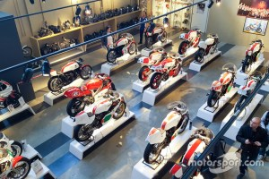wsbk-yamaha-superbike-temple-presentation-2016-yamaha-bike-on-display-at-yamaha-superbike