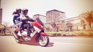 Lorsque vous pilotez le nouveau scooter sportif NMAX Yamaha, votre trajet quotidien en ville devient une véritable partie de plaisir.