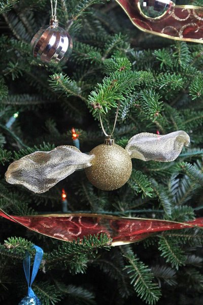 Easy-Harry-Potter-Golden-Snitch-DIY-Christmas-Ornament-Idea