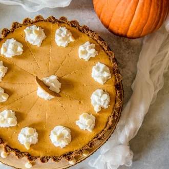 Present that traditional pumpkin pie in a more festive way with thisWhite Chocolate Pumpkin Cheesecake Tart! Pumpkin cheesecake, infused with white chocolate and nestled in a gingersnap crust, is going to be your new favorite holiday dessert!