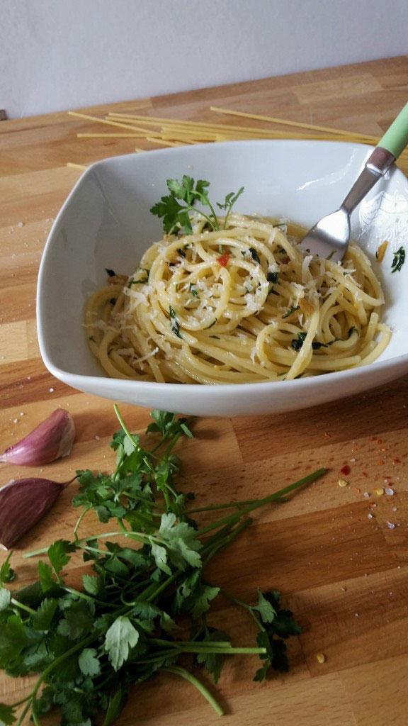 Spaghetti aglio olio e peperoncino (Spaghetti with garlic, oil and chili peppers)