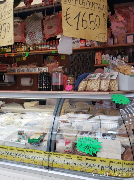 mercato-banco salumi e formaggi