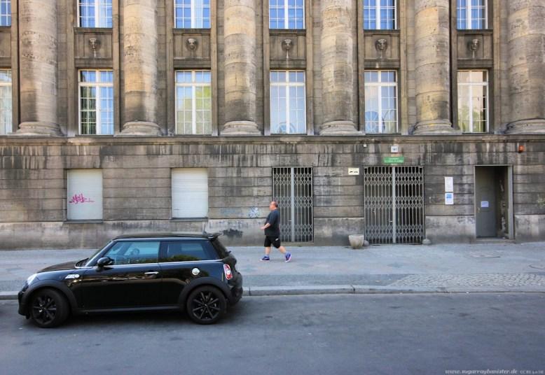 Auto vor Gebäude in Berlin #9 - Sugar Ray Banister