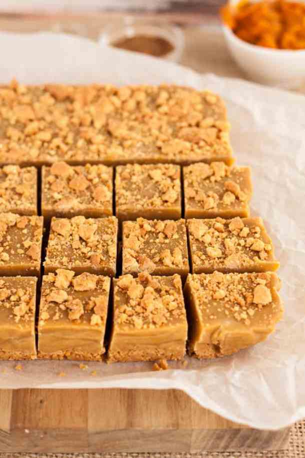 Pumpkin Pie Fudge - the cosy flavours of fall in a silky, smooth fudge with a crunchy base #Autumn #fallPumpkin Pie Fudge - the cosy flavours of fall in a silky, smooth fudge with a crunchy base #Autumn #fall