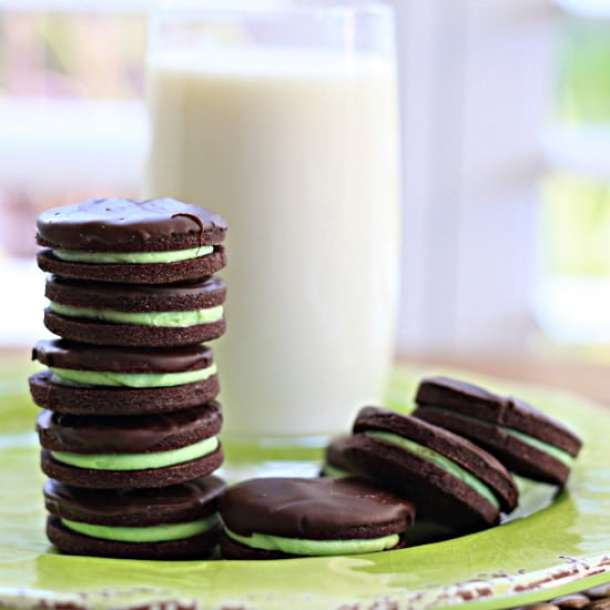Chocolate Mint Cookies - Soft chocolate cookies sandwiched together with mint buttercream and topped with dark chocolate