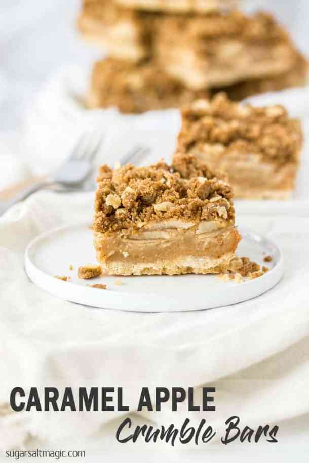 These Caramel Apple Bars topped with an easy crumble topping are like an apple crumble in a bar and still totally comforting. #sugarsaltmagic #applepie #applecrumble #appledesserts #applerecipes #falldesserts #fallrecipes #fallfood #applecrumblerecipe #caramelapplebars