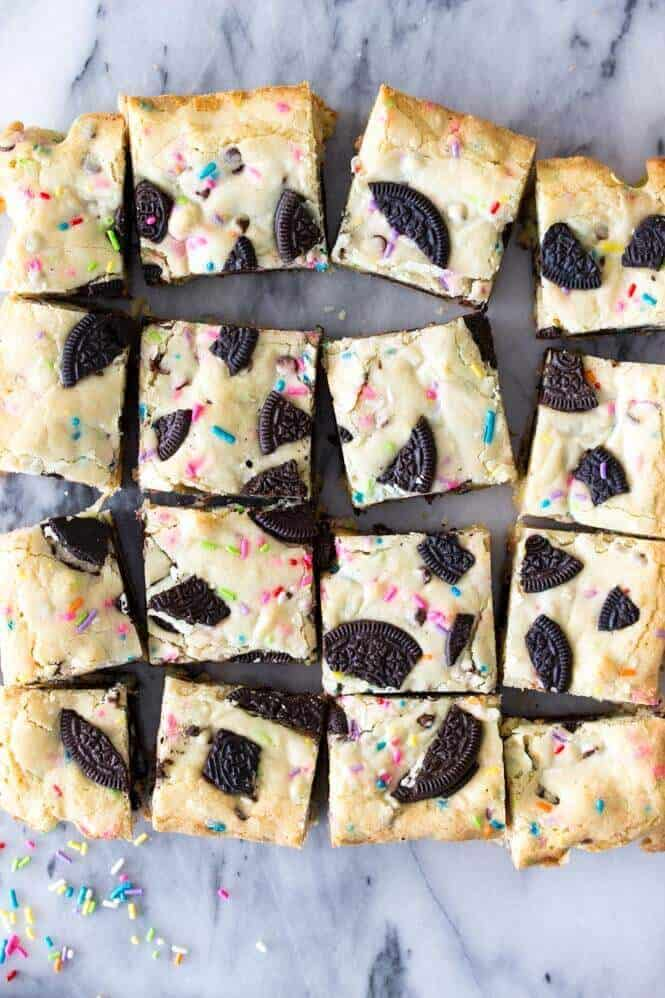 Funfetti Oreo Bars -- soft, chewy blondies with an Oreo cookie layer || Sugar Spun Run