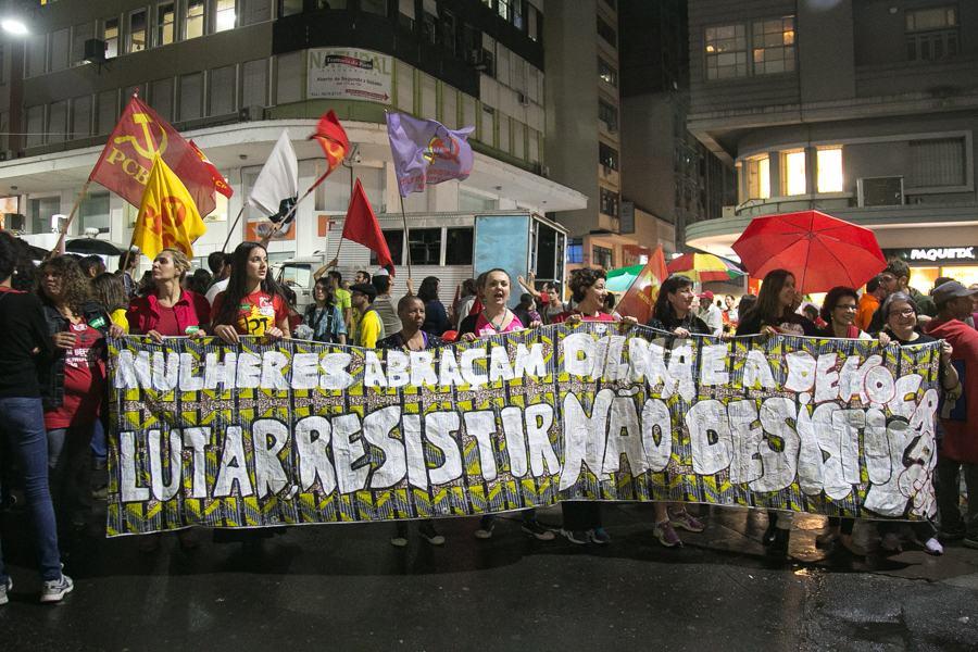 Mesmo com chuva, manifestantes realizaram um novo ato na Esquina Democrática. (Foto: Guilherme Santos/Sul21)