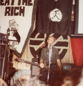 Pete Wright al concerto dei Crass Marcus Garvey Center Gran Bretagna due maggio del 1984