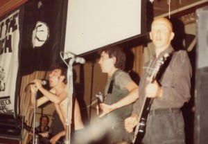 Crass concerto al Marcus Garvey Center Gran Bretagna due maggio 1984: da sinistra Steve Ignorant, Andy Palmer, Phil Free