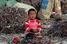 Bambino in Cina nella discarica di Guiyu