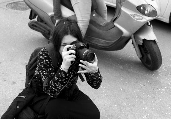 Fotografa in azione al Carnevale Sociale di Scampia