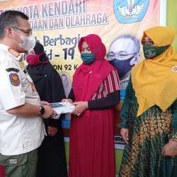 Wali Kota Kendari, Sulkarnain Kadir Menyerahkan Bantuan Tablet kepada Perwakilan Siswa.