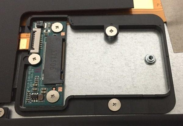 Jumper EZBook 3 Pro SSDスロットを拡大(ネジの取り外し後)