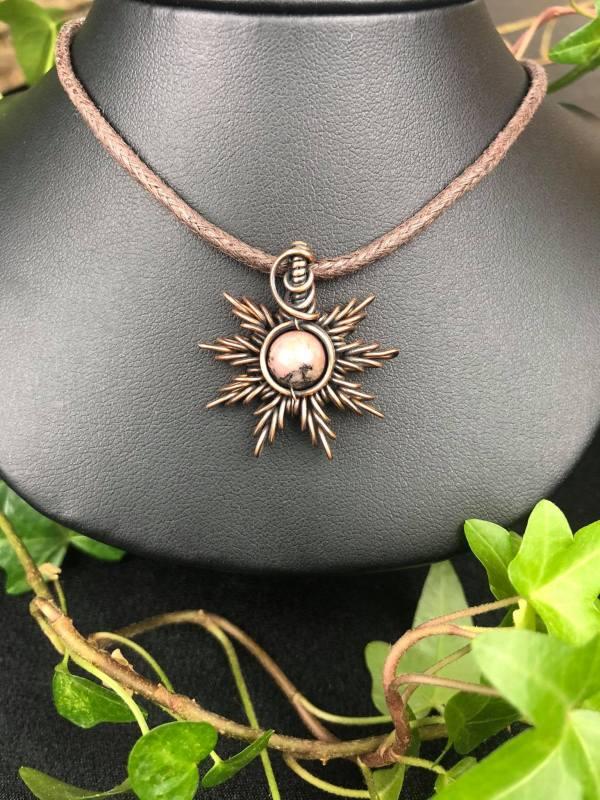 Rhodonit-Sonnenanhänger Sonnenschmuck SunayLaLuna