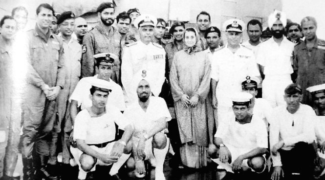 PM Indira Gandhi with the crew of INS Vikrant, the ship that helped her win the 1971 War (Pic courtesy: Indian Express)