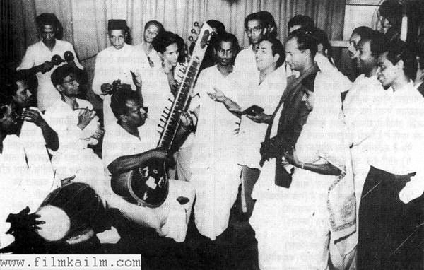 Recording for a song for the 1960 Bimal Roy movie Usne Kaha Tha. Shailendra, standing behind Bimal Roy, was the favourite choice of Bimal Roy for songs in his movies (Pic courtesy: filmkailm.com)