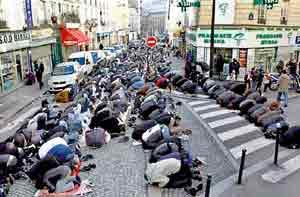 Hasil gambar untuk muslim pray paris