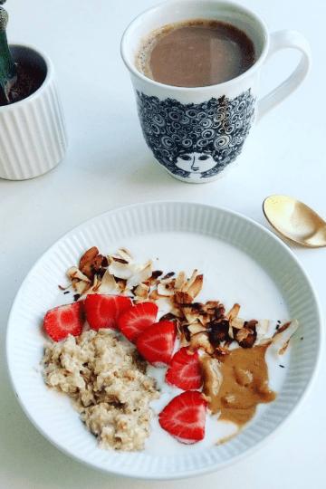 morgengrød med yoghurt, kokos og peanut butter