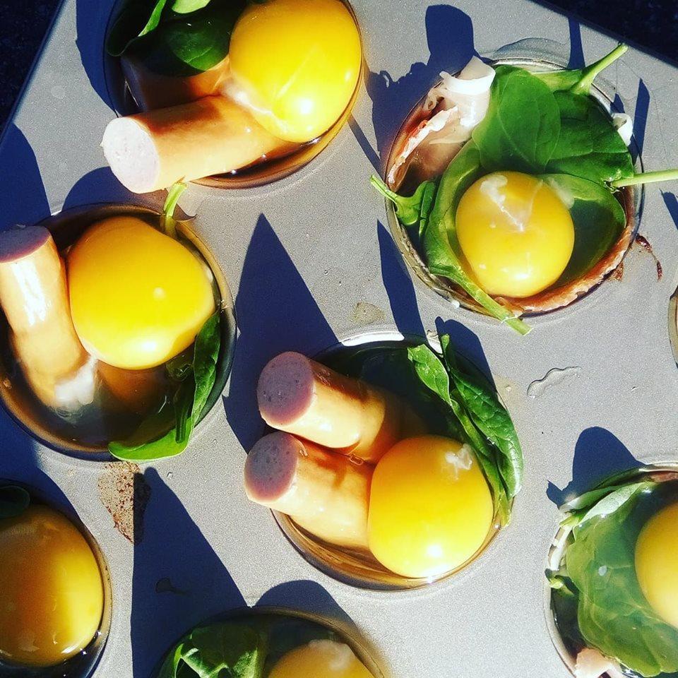Bagte æg med skinke eller pølse - en nem madpakkesnack